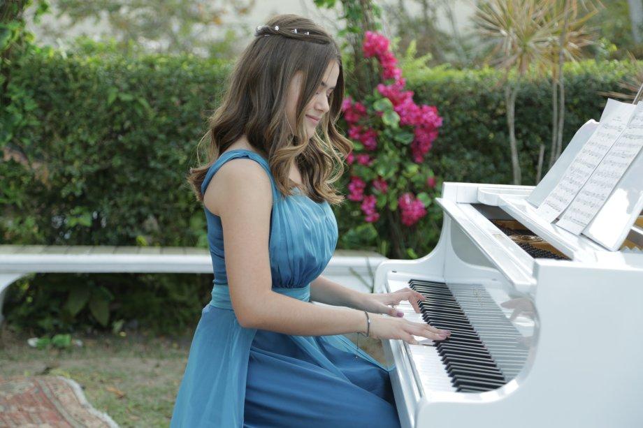 Além de DJ, Cintia (Maisa Silva) também é pianista!