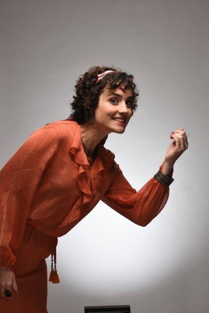 Cintia vive com a tia Helena (Elisa Pinheiro), que é praticamente uma fada madrinha para ela.