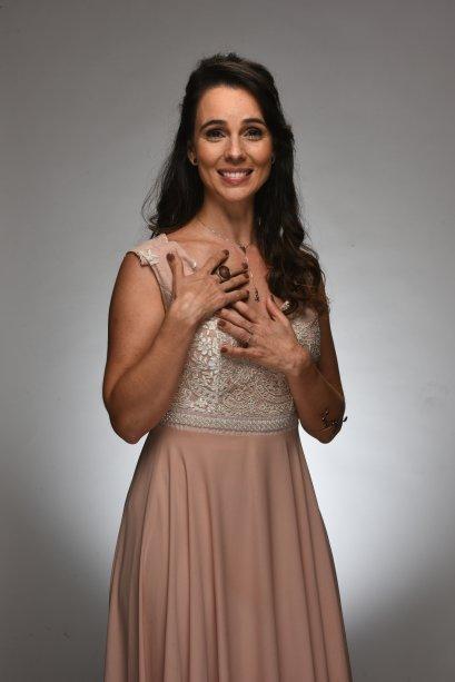 Ana (Miriam Freeland), a mãe de Cintia, é arqueóloga e não mora mais no Brasil...