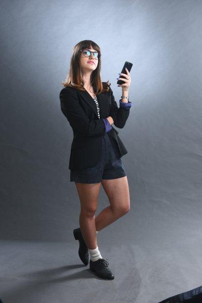 Belinha (Giovanna Grigio) é umas das amigas de Cintia e ataca como jornalista e influencer, registrando todos os ~bastidores~ da escola para as redes sociais.