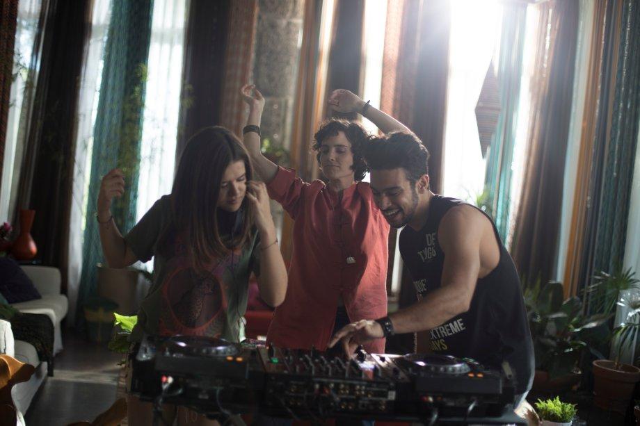 Cintia (Maisa Silva), Helena (Elisa Pinheiro) e Rafa (Sérgio Malheiro) fazendo um som