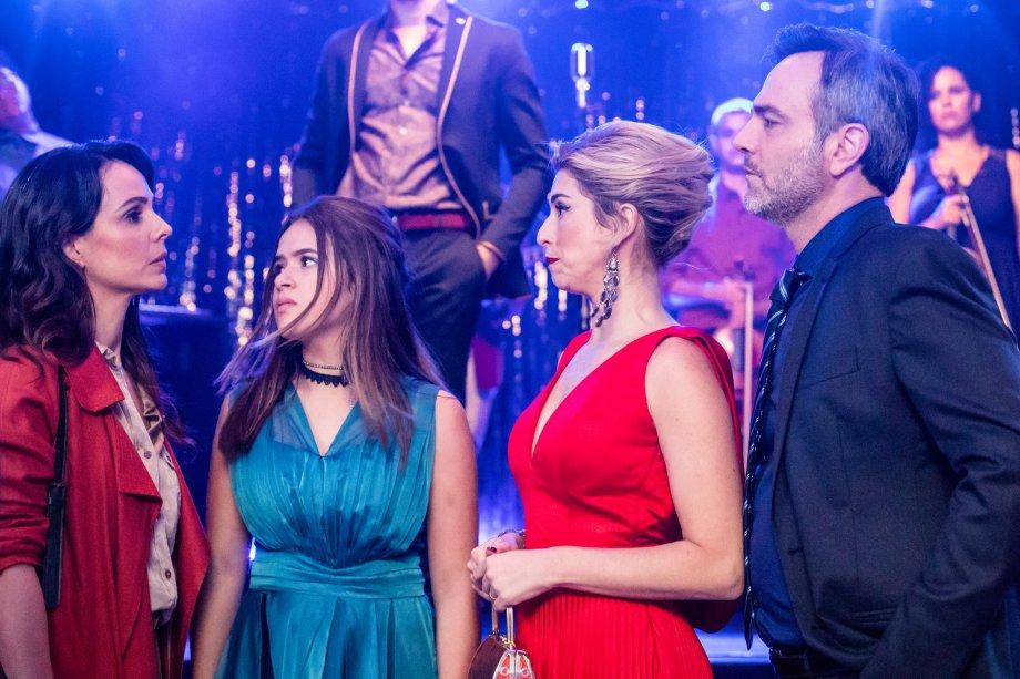 Patrícia (Fernanda Paes Leme) vai causar muito na vida de Cintia (Maisa Silva) e dos pais dela,Cesar (Marcelo Vale) eAna (Miriam Freeland), que são separados