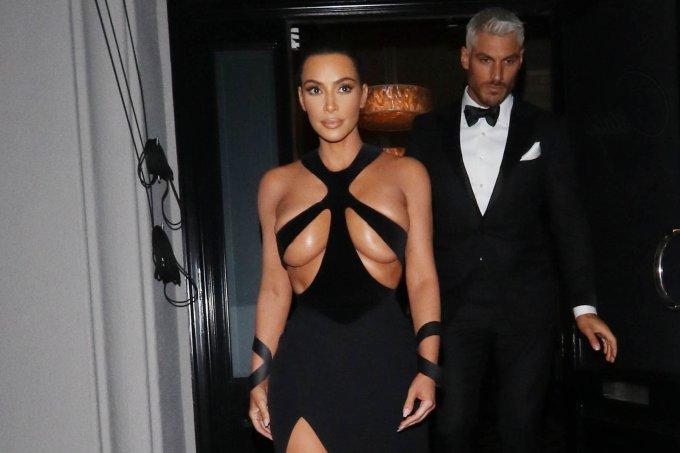 kim-kardashian-vestido-decote