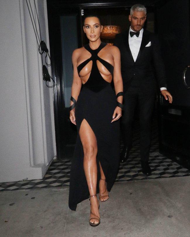 Kim Kardashian usando vestido preto decotado