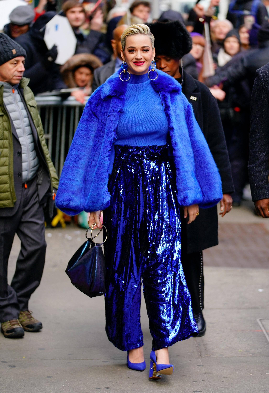 Katy Perry toda de azul e cheia de brilho.