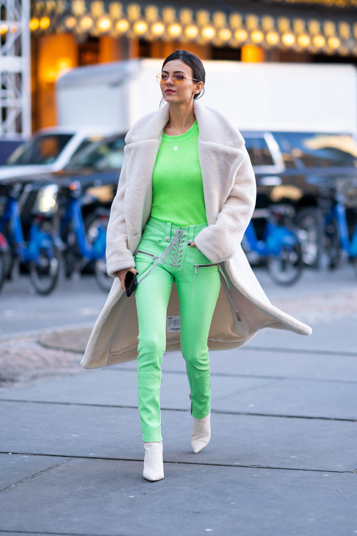 Victoria Justice usando look verde néon