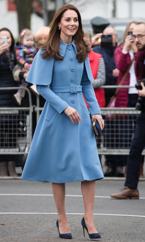 Kate Middleton de casaco azul com capa
