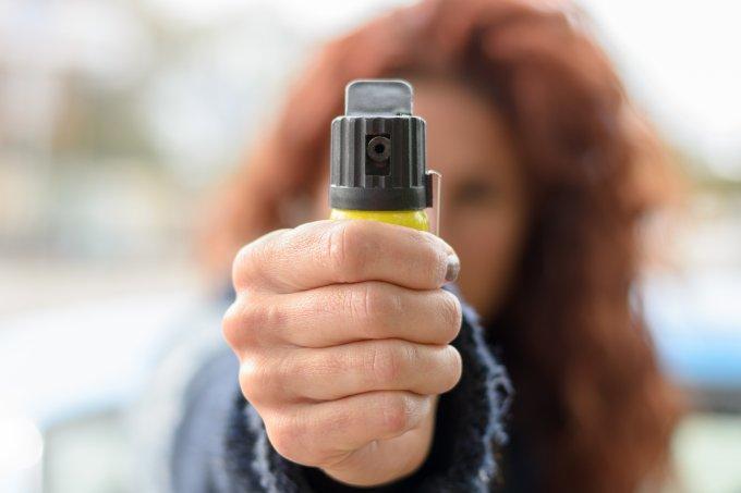É com spray de pimenta e arma de choque que se luta contra o machismo?