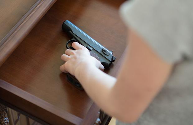 Ter arma em casa aumenta chances da mulher morrer em 100 vezes, diz estudo