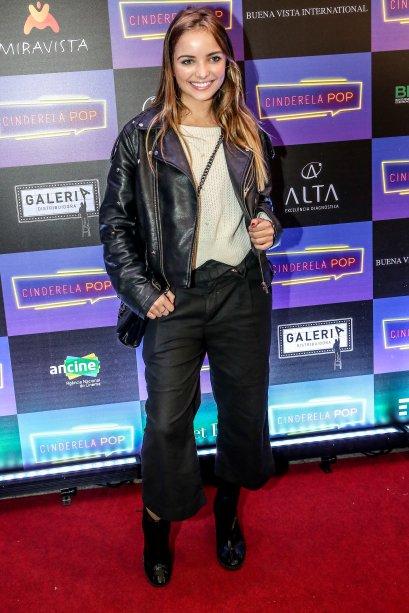 Giovanna Chaves arrasou de jaqueta de couro, calça pantacourt e botinha preta.