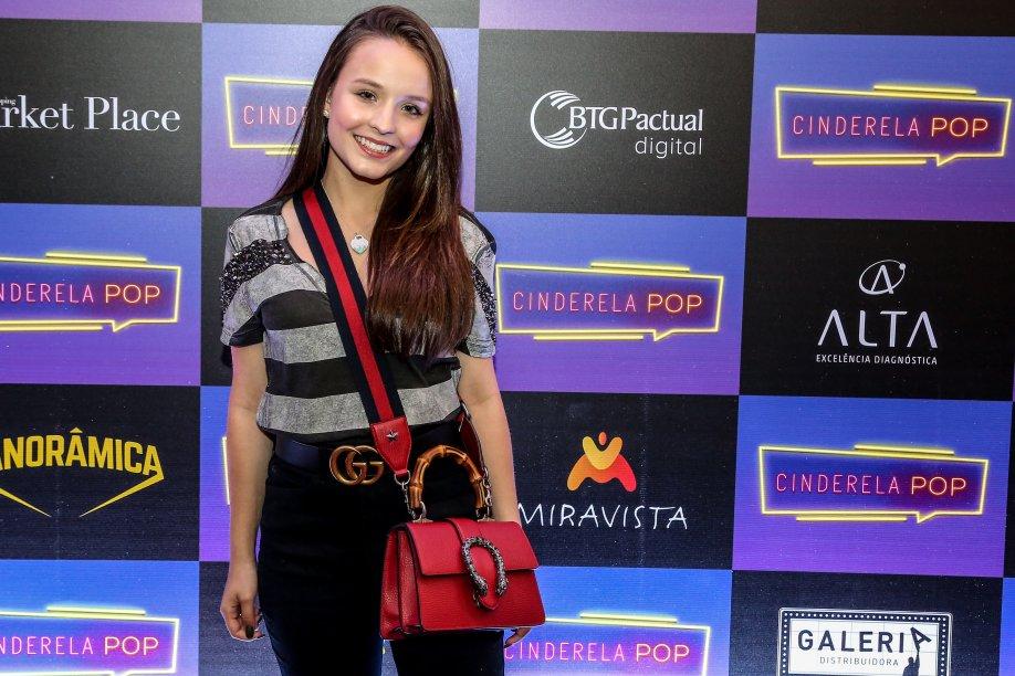 Larissa Manoela apostou nos acessórios para dar um up na roupa básica: cinto e bolsa vermelha Gucci.