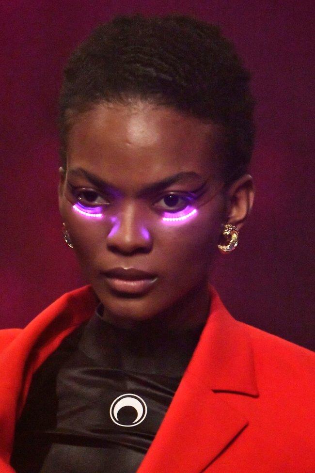 luz-led-olheiras-maquiagem-desfile-marine-serre-paris-fashion-week-2
