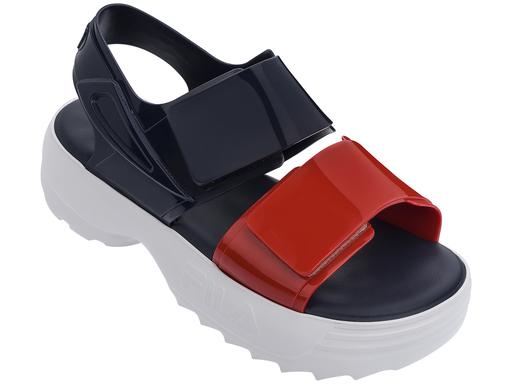 Sandália azul e vermelha Melissa / FILA (R$ 200*).