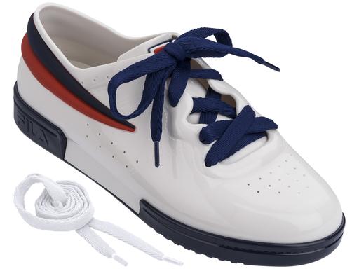 Sneaker branco Melissa / FILA (R$ 220*).