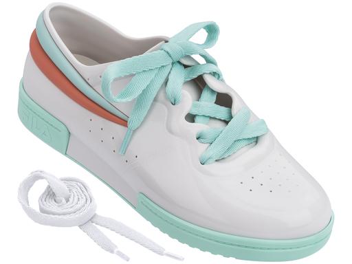 Sneaker branco com detalhes em verde Melissa / FILA (R$ 220*).