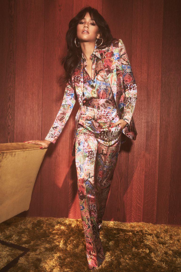 Zendaya usando terninho da sua coleção com a Tommy Hilfiger