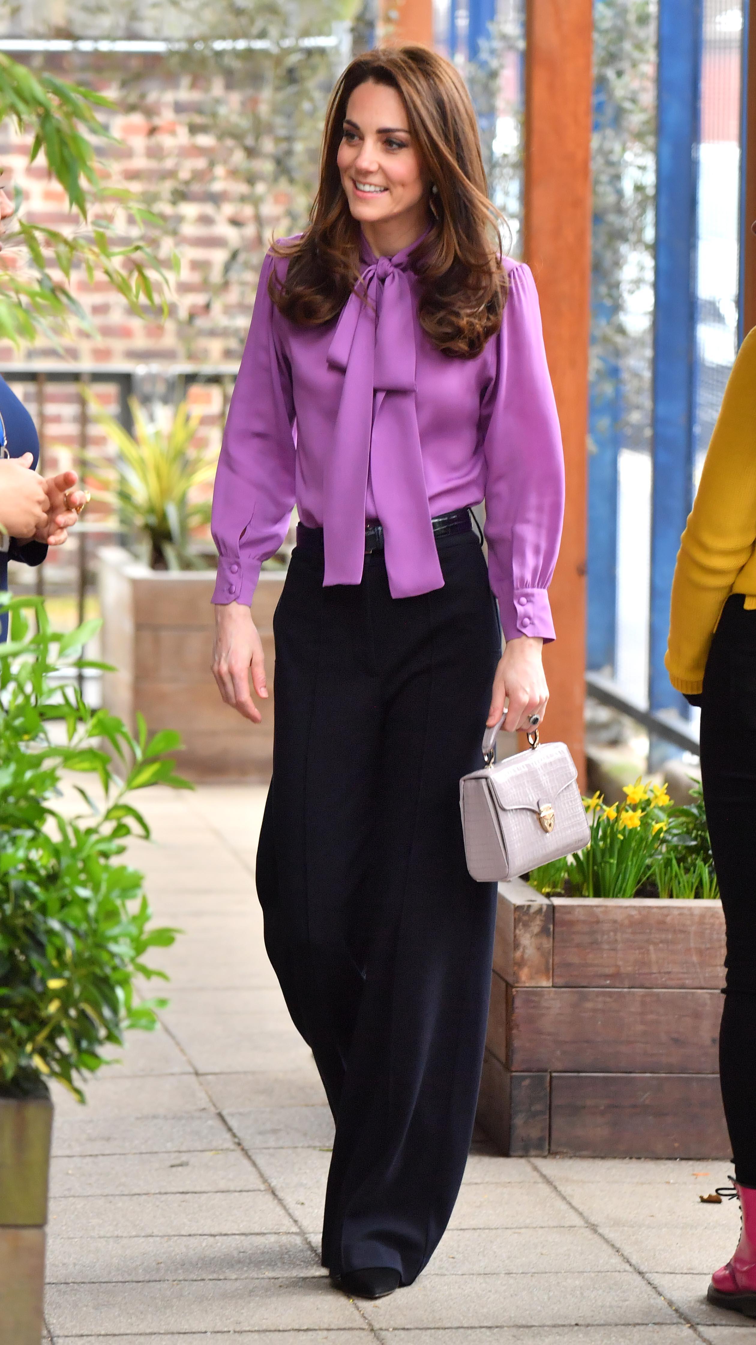 Kate Middleton toda chique com look de calça.