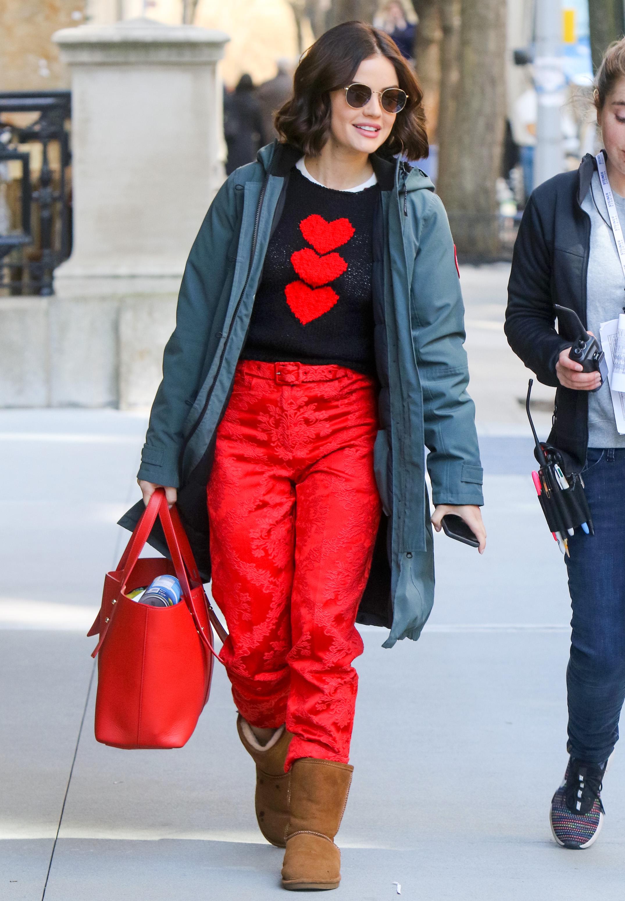 Lucy Hale usando look vermelho