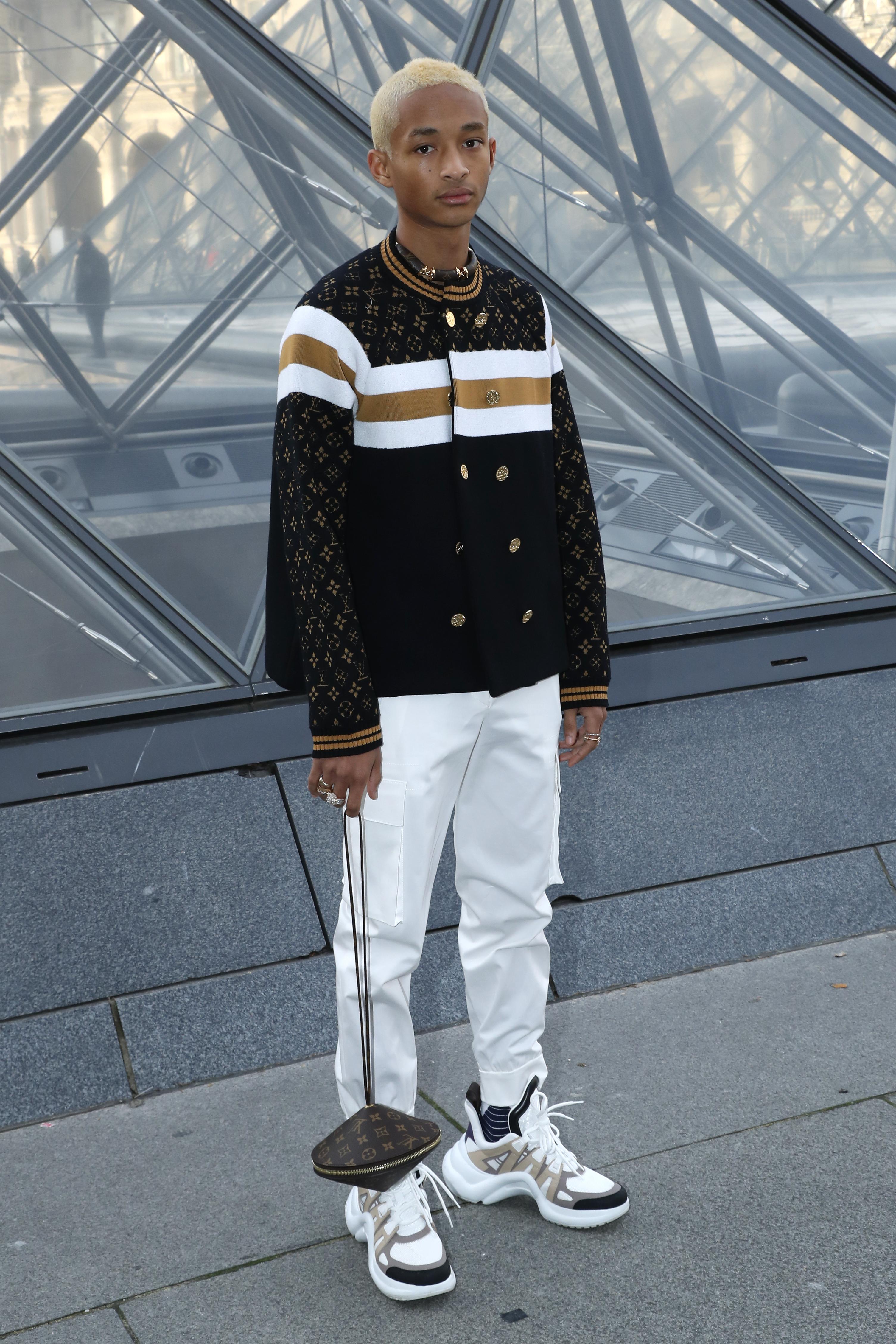 Jaden Smith combinou a bolsa com outra tendência diferentona, o famoso dad sneakers.