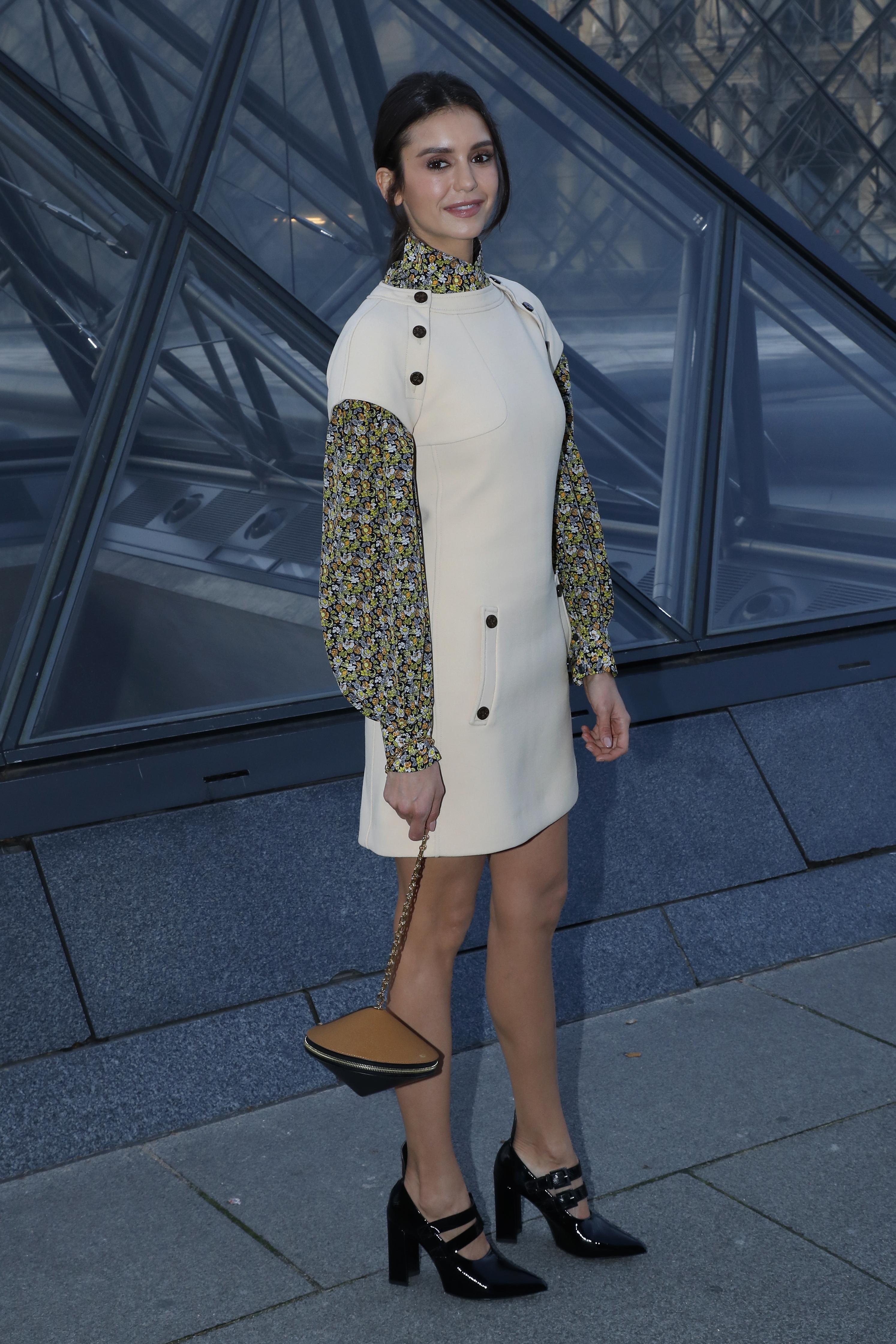 Nina Dobrev no desfile de Inverno 2020 da Louis Vuitton.
