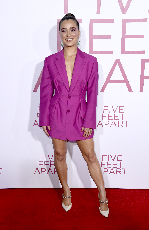 Haley Lu Richardson de rosa na premiere do filme A Cinco Passos de Você
