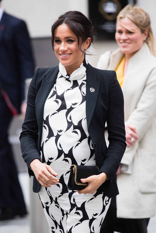 Meghan Markle usando look preto e branco