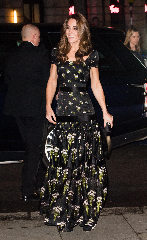 Kate Middleton usando vestido floral Alexander McQueen