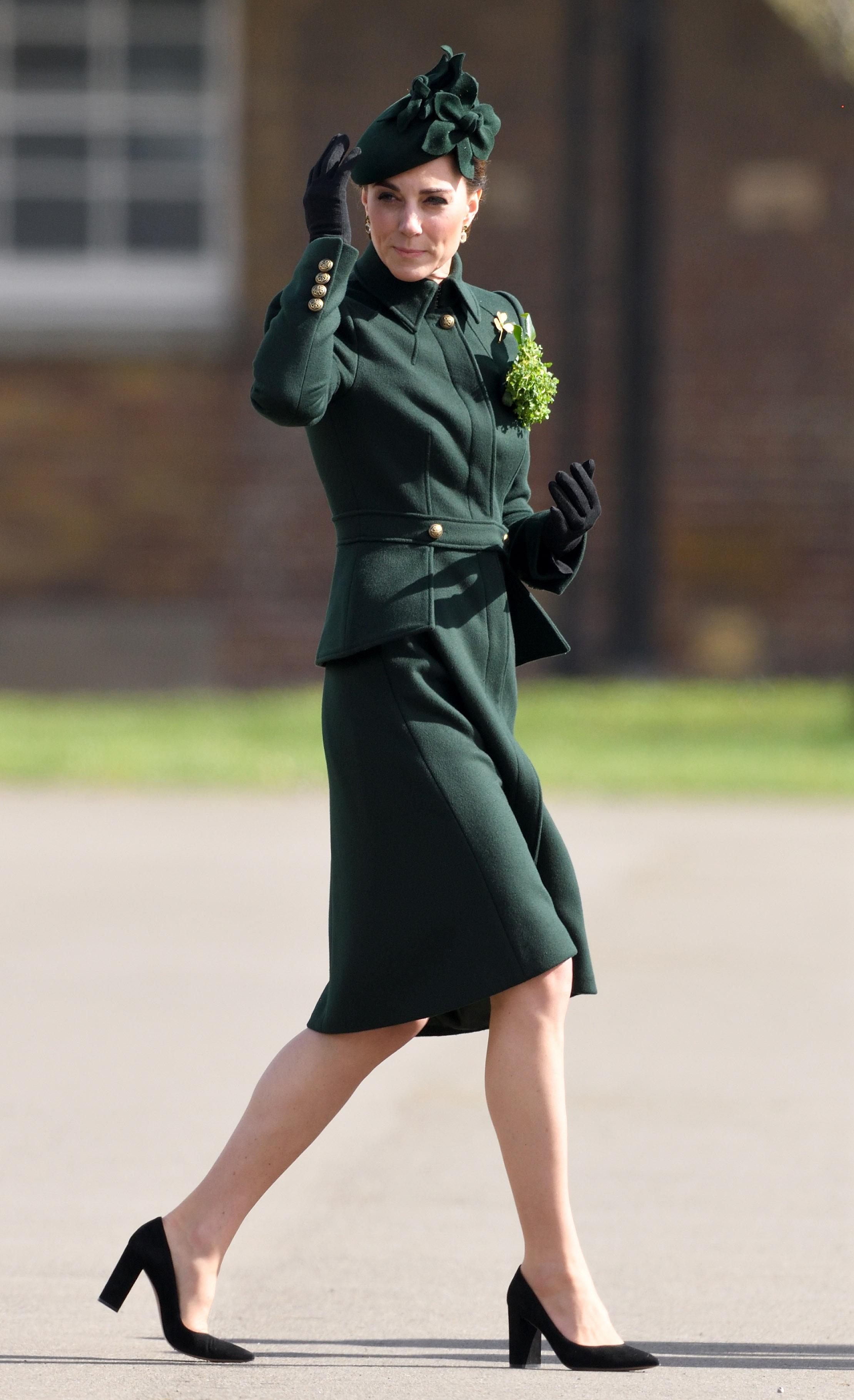 Kate Middleton de look verde e salto bloco