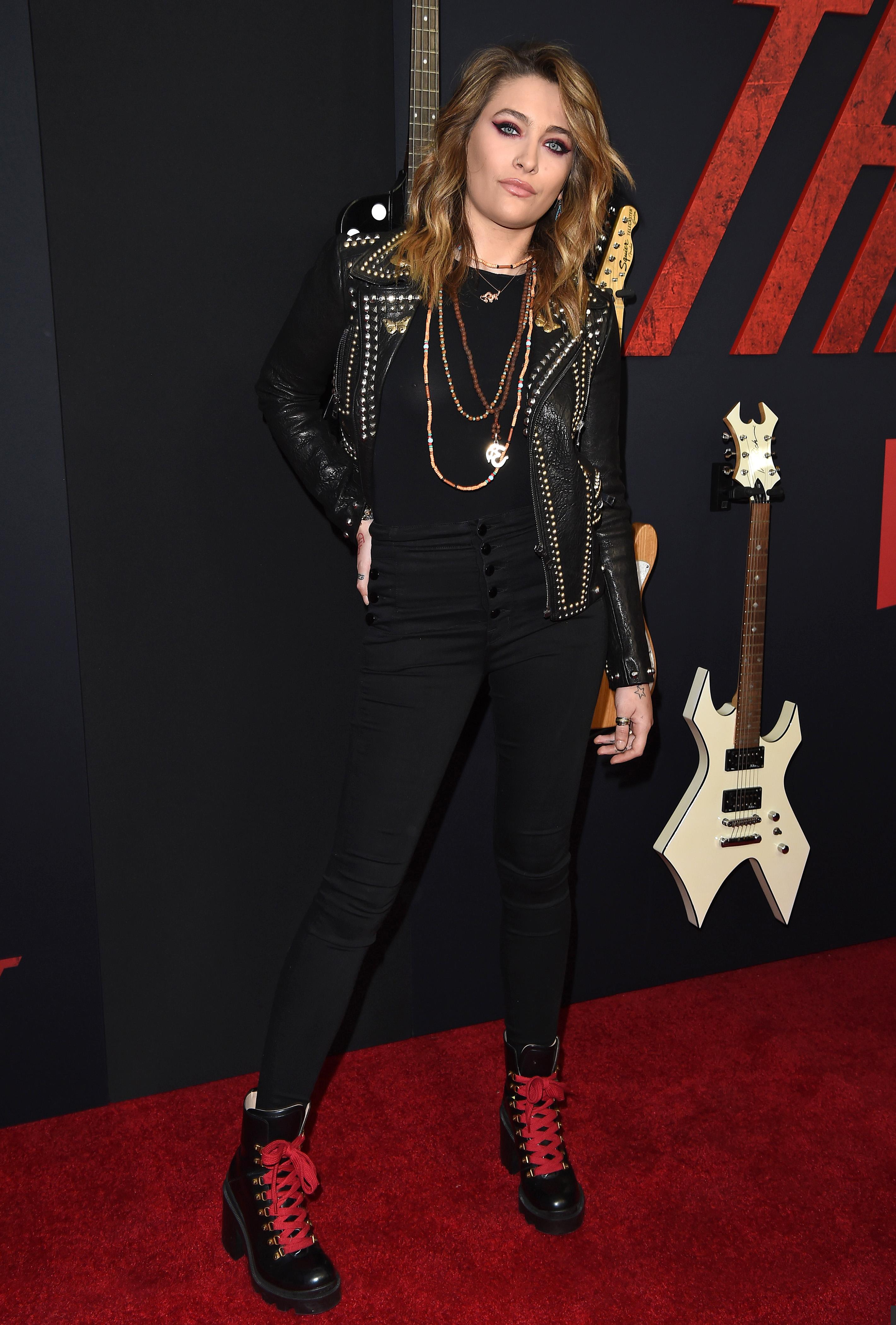 Paris Jackson com visual rocker na premiere de The Dirt, da Netflix
