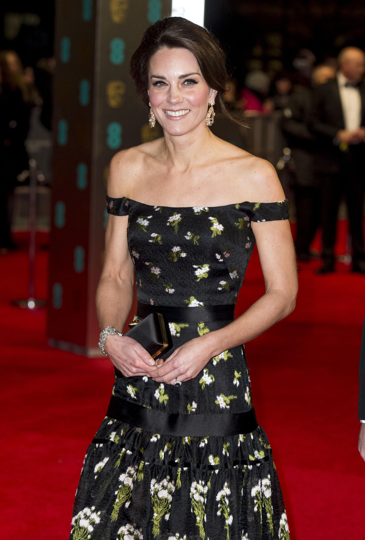 Kate Middleton usando vestido floral no BAFTA 2017