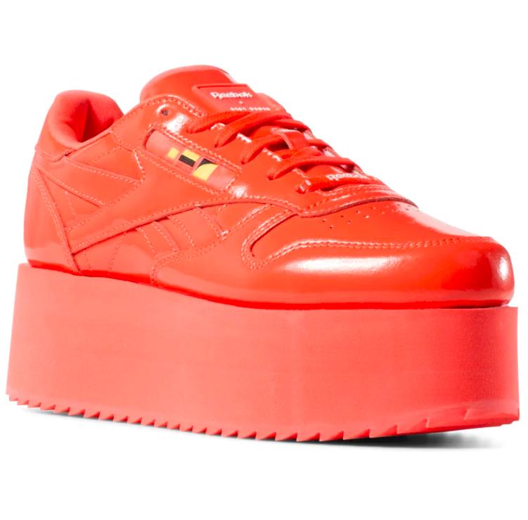 Tênis vermelho da coleção da Gigi Hadid com a Reebok