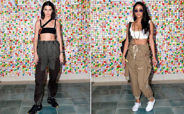 Kendall Jenner e Shay Mitchell combinaram a calça cargo, hit polêmico da moda, com topinho e tênis.