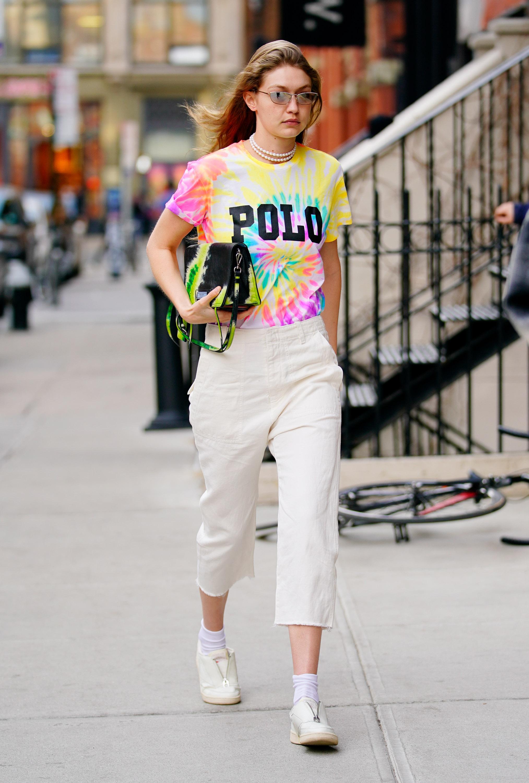 Gigi Hadid usando camiseta tie dye