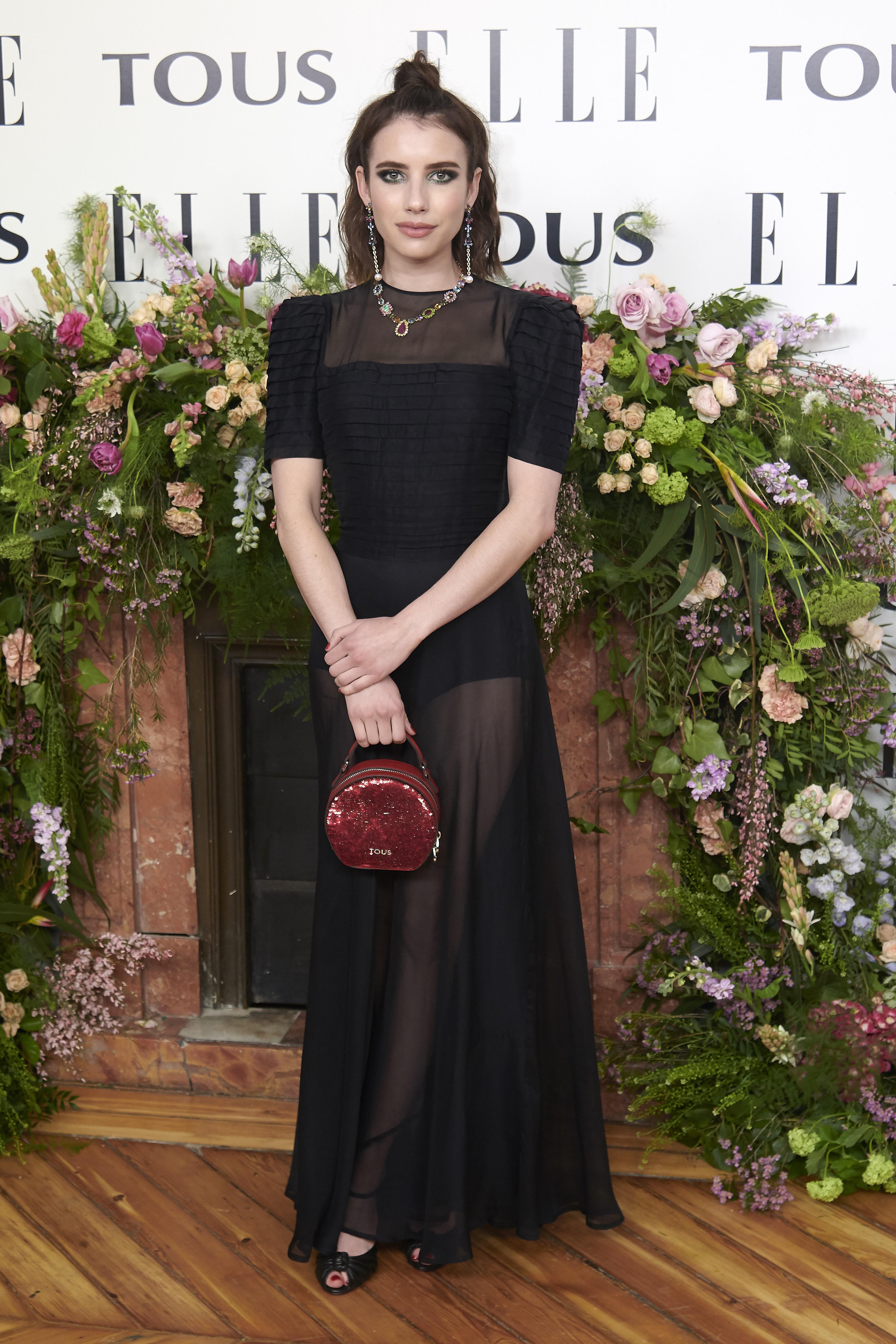 Emma Roberts usando vestido com transparência