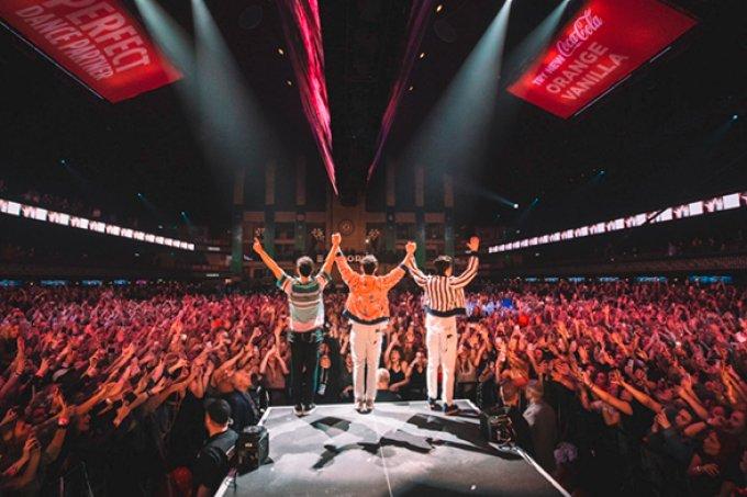 Jonas Brothers fazem outro show surpresa e vídeos são testes pra cardíaco!