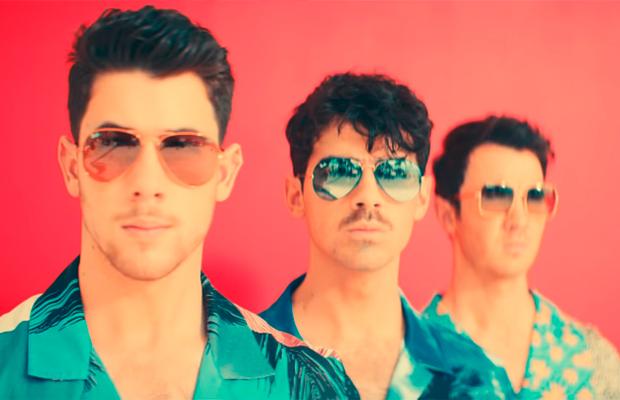 Os Jonas Brothers provam que continuam legais demais no clipe de 'Cool'