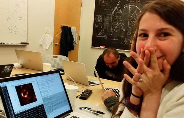 Katie Bouman: quem é a cientista por trás da 1ª imagem de um buraco negro?