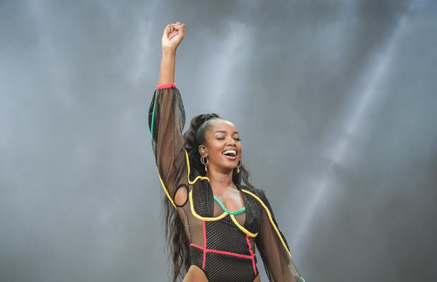 IZA encanta público do Lollapalooza em show empoderado e cheio de hits