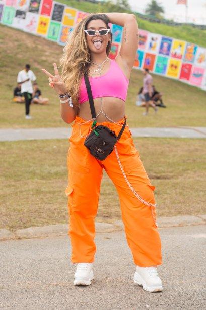 Mais um look composto por top rosa neon, dessa vez aliado à tendência da calça cargo, outro come back dos anos 90. (<span>@luizasant, 22 anos)</span>