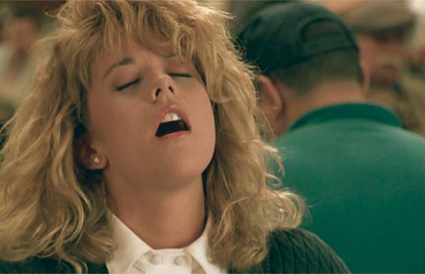 Cena do filme 'Harry & Sally - Feitos um para o Outro', em que Sally finge um orgasmo na mesa de um restaurante.