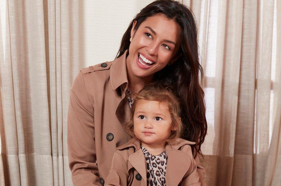Iti malia! Quem aguenta a Madalena, filha de Yanna Lavigne e Bruno Gissoni? As duas ficaram lindas de casaco, blusa animal print e calça xadrez.