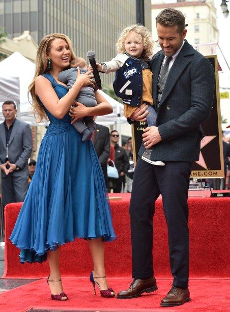 Blake Lively diva de vestido azul ao lado do marido, Ryan Reynolds, e das filhas James e Ines. Awn! <3