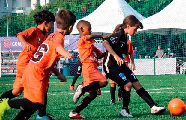 Juju Gol: a 1ª menina que jogou torneios de futebol com meninos no Brasil