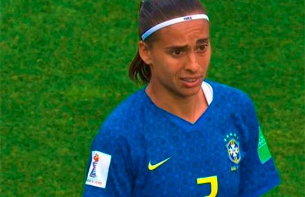 Brasil sofre primeira derrota na Copa do Mundo Feminina e web não perdoa árbitra