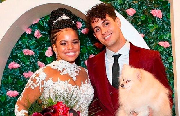 Jeniffer Nascimento se casa no religioso com vestido cheio de recortes nas costas