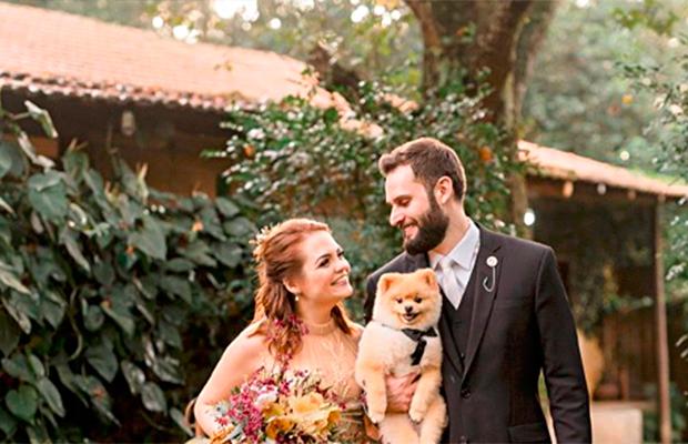 Karol Pinheiro se casa com vestido de noiva tingido no chá!