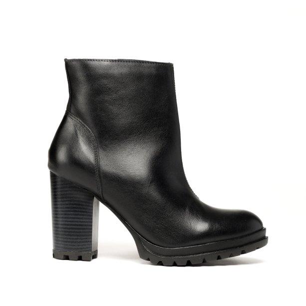 Ankle boot preta Sonho dos Pés (R$ 219,90*).