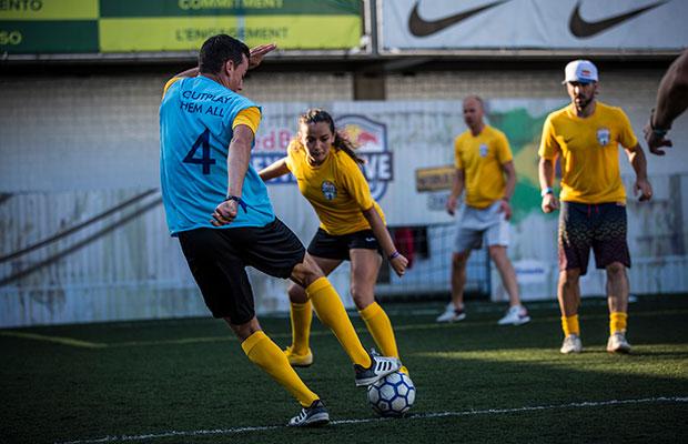"""Jovem dribla imposições da mãe pra jogar futebol: """"tolera, mas não aprova"""""""