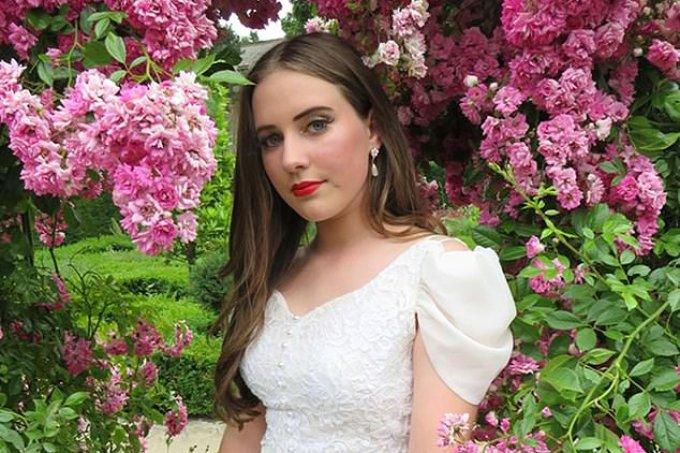 Jovem usa vestido de noiva de sua mãe para a formatura