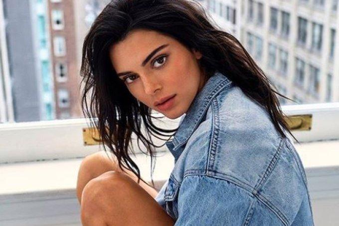 Kendall Jenner mostrou três jeitos estilosos de usar jeans nesta campanha